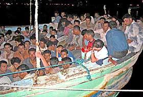 FLYTKNINGBÅT: Denne båten, med over 500 flyktninger, kom fram til Italia i september i fjor. Båtene er ofet i svært dårlig stand.